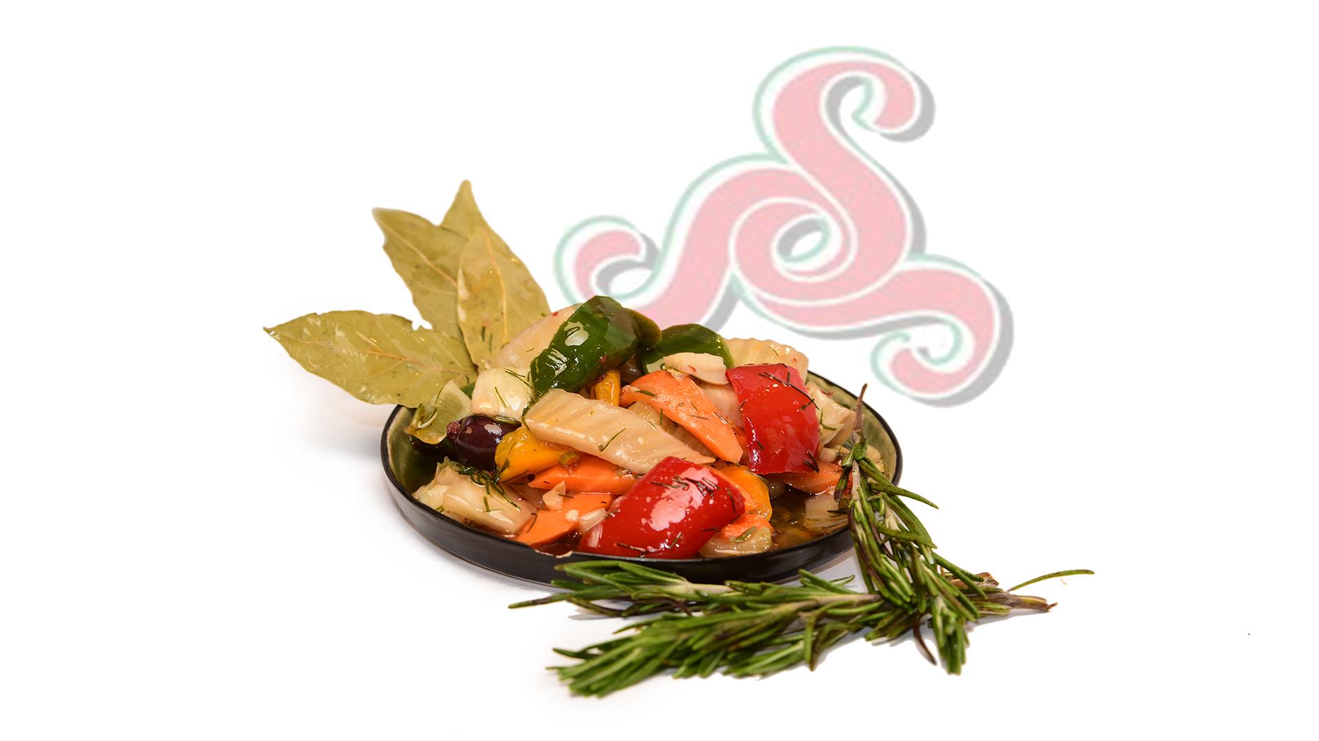 Fenchelsalat mit Möhren, Paprika, Stadensellerie, Dill und Oliven
