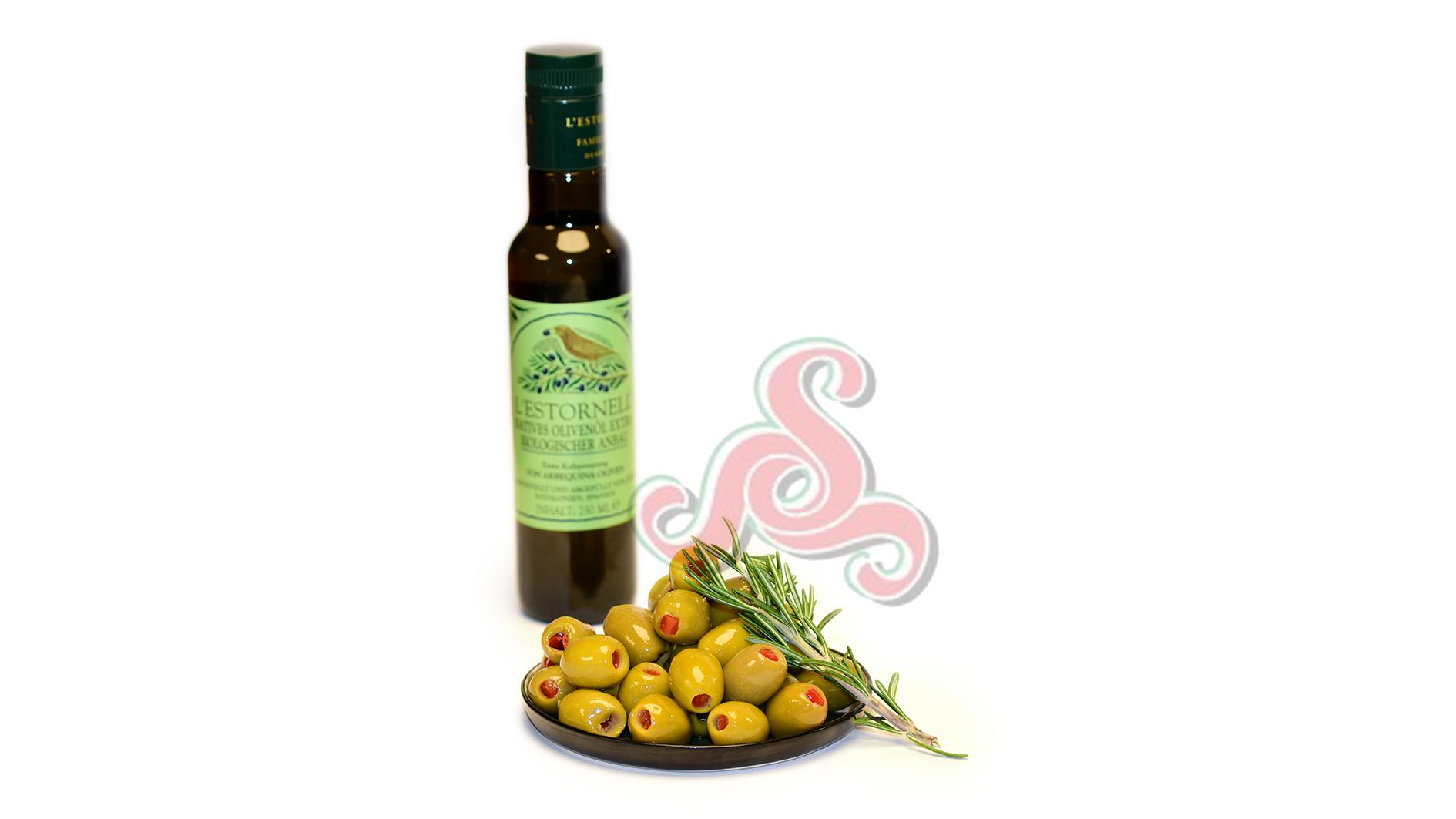 Mit Naturpaprika gefüllte griechische grüne Oliven